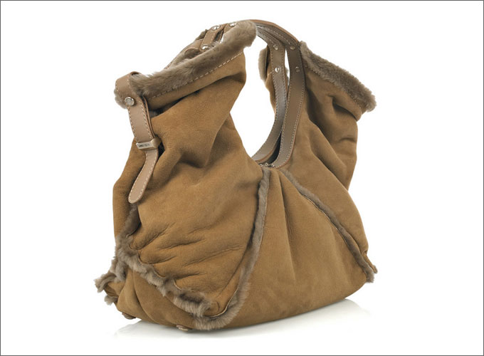 Сумки из замши и других материалов с меховой оторочкой очень напоминают.